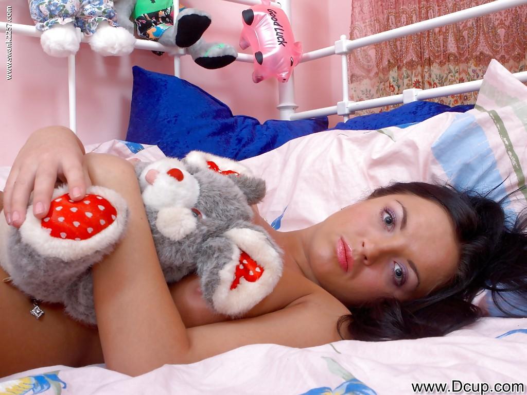 18-летняя брюнетка с большими сиськами раздевается в комнате секс фото и порно фото