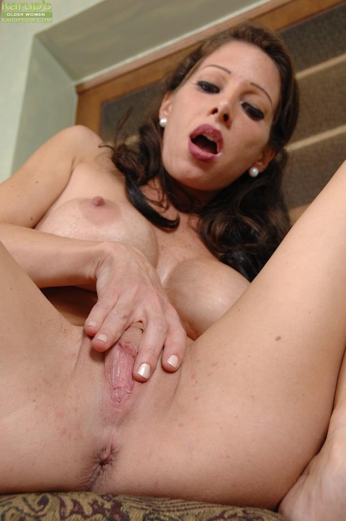 Одинокая мамочка с большой грудью показала голую киску на кухне секс фото и порно фото