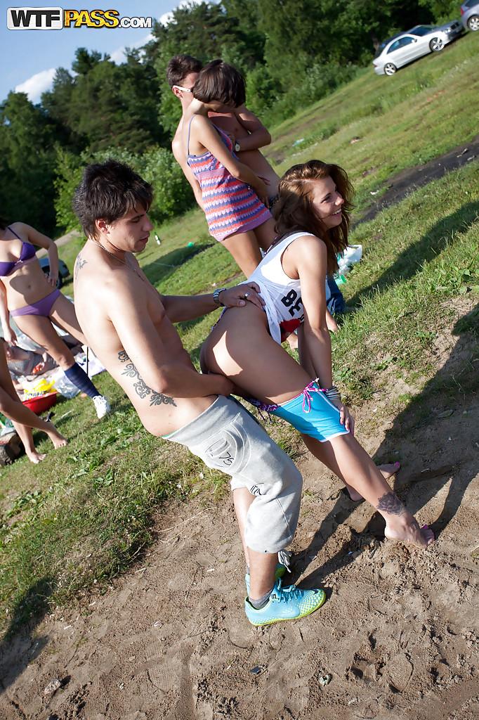 Парни трахают похотливых девушек в групповухе на природе секс фото и порно фото