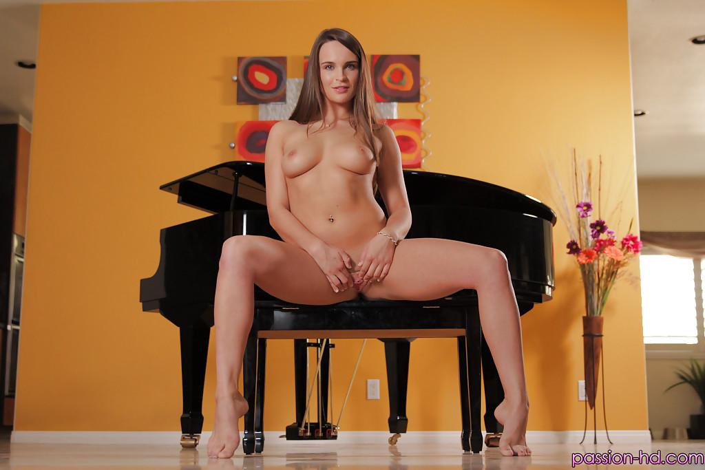 Брюнетка с сочной попкой красиво оголилась у рояля секс фото и порно фото