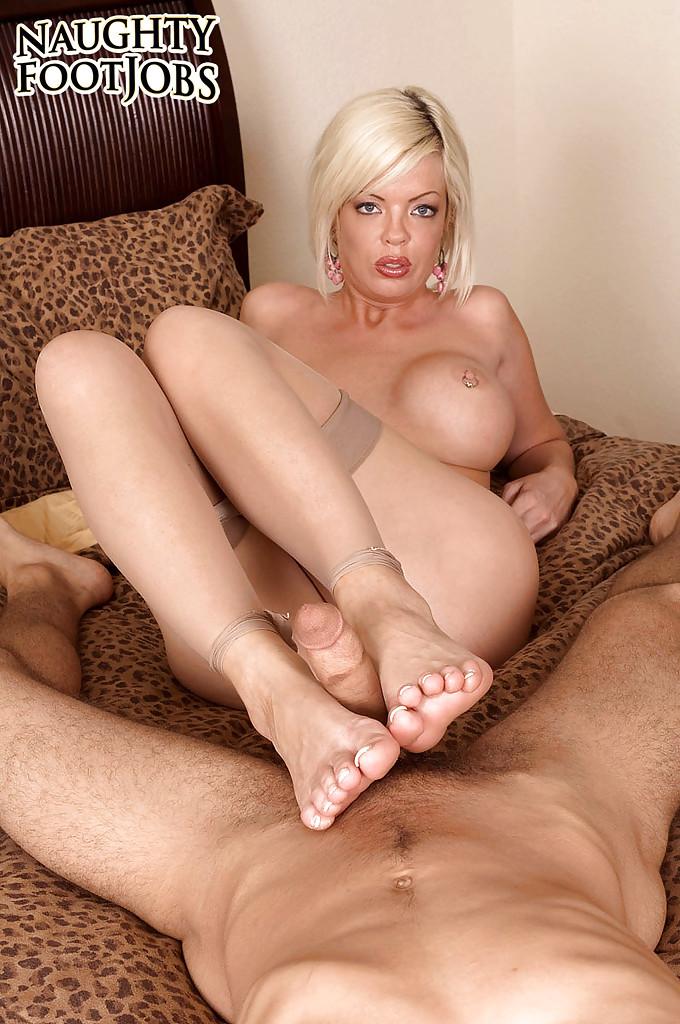 Страстная мамочка с большими сиськами дрочит мужику ногами член секс фото и порно фото