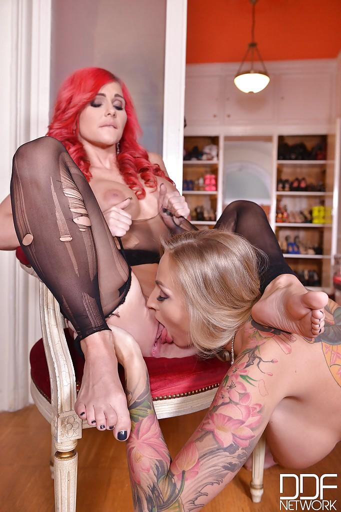 Лесбиянки с большими сиськами наслаждаются футфетишем секс фото и порно фото