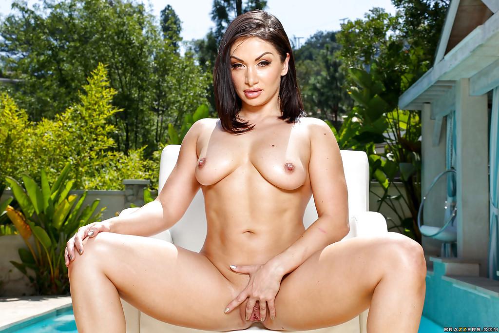 Сексуальная брюнетка красиво раздевается у домашнего бассейна секс фото и порно фото