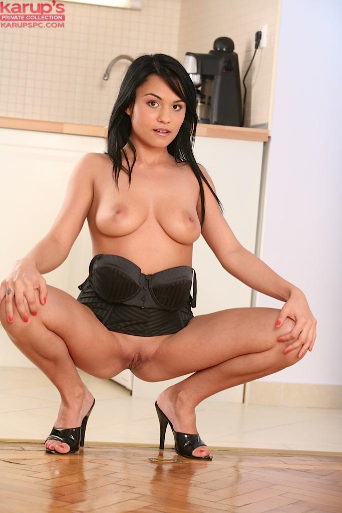 Сладкая брюнетка разделась и мастурбирует на кухонном полу секс фото и порно фото