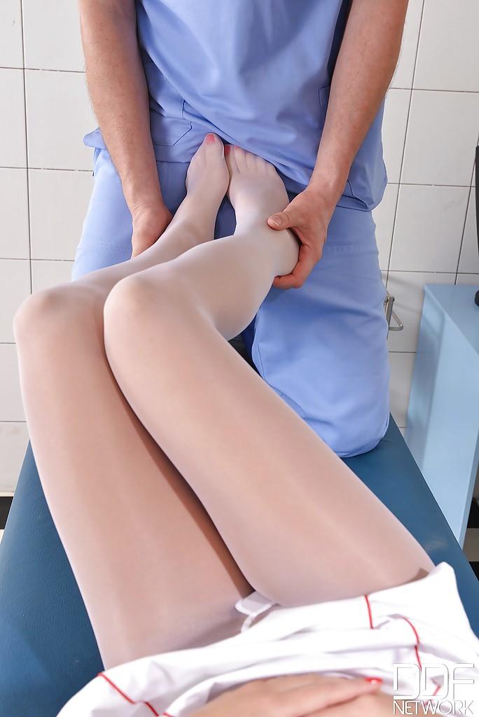 Похотливый врач развел сочную медсестру на футфетиш и минет секс фото и порно фото