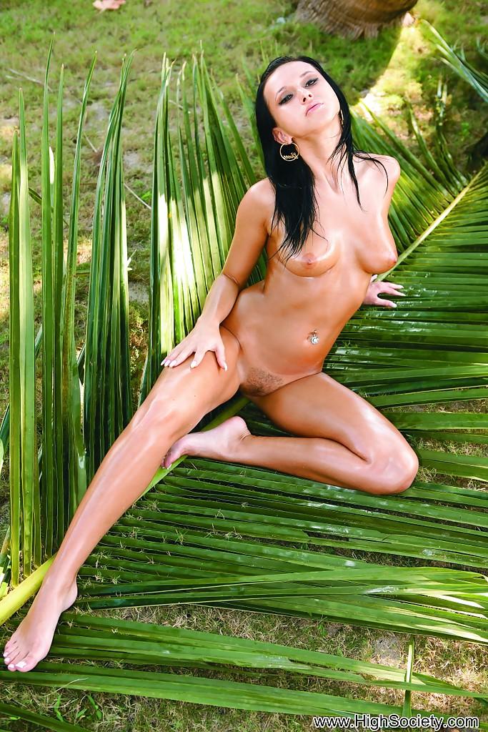 Знойная брюнетка сверкает обнаженным телом на природе секс фото и порно фото