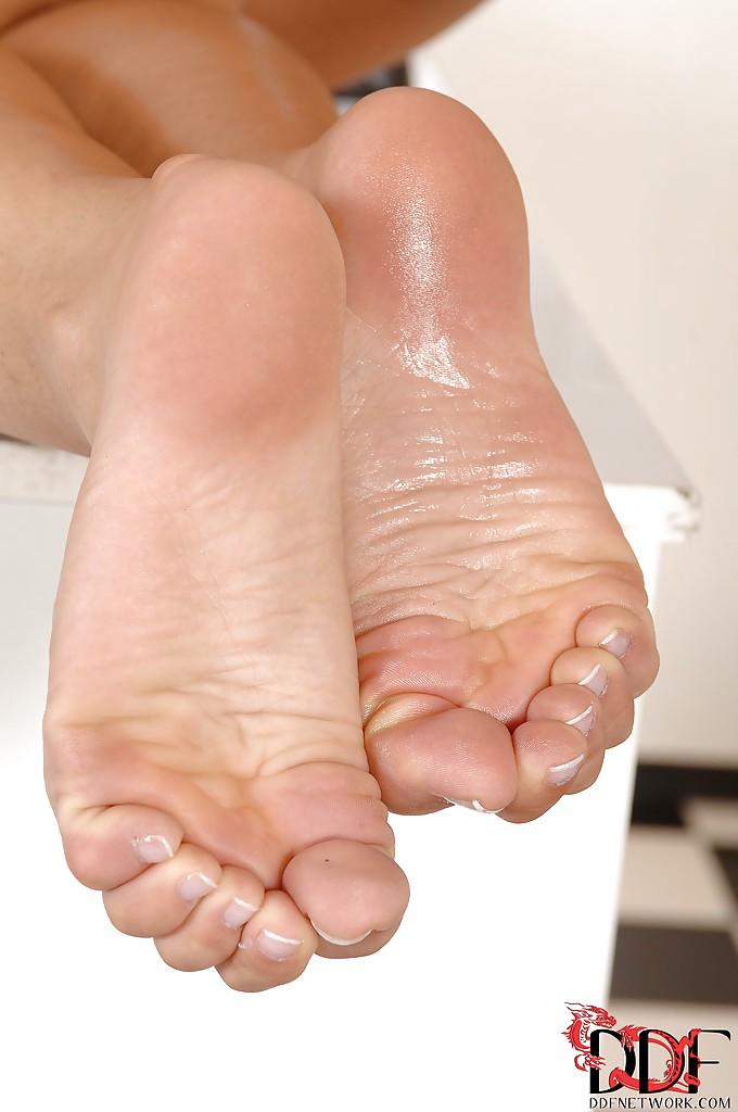 Длинноногая медсестра в белых чулках лижет ножки в приемной секс фото и порно фото