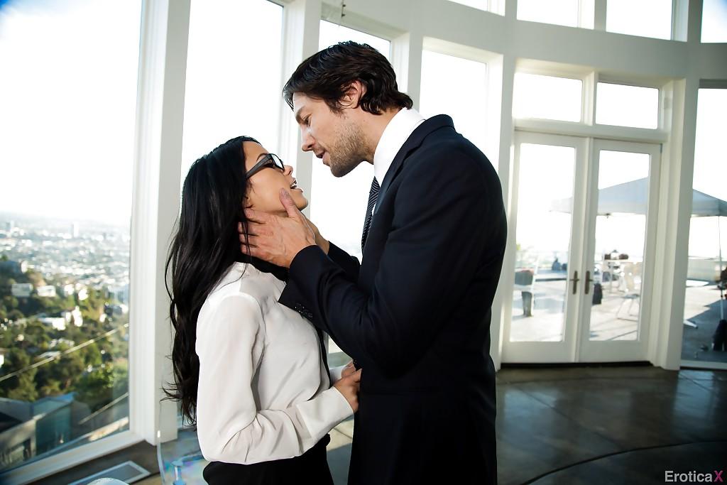 Секретарша в чулках обслужила молодого начальника в его кабинет секс фото и порно фото