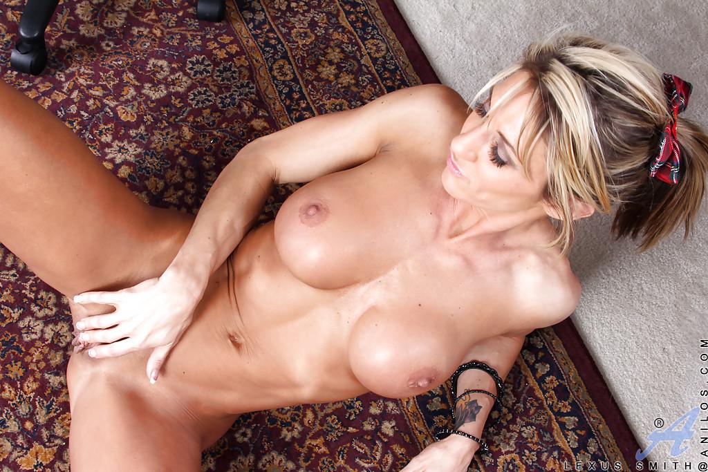 Спортивная милфа эротично сосет банан в офисе секс фото и порно фото