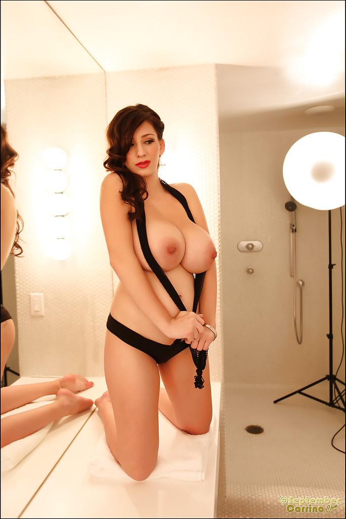 Сексуальная малышка с огромными дойками снимает трусики перед камерой секс фото и порно фото
