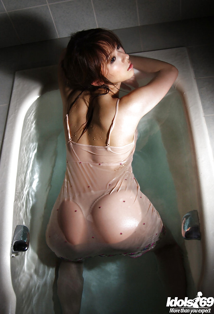 Красивая азиатка с большой натуральной грудью принимает ванну секс фото и порно фото