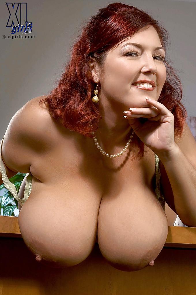 Толстая мамка в колготках дрочит самотыком в офисе секс фото и порно фото