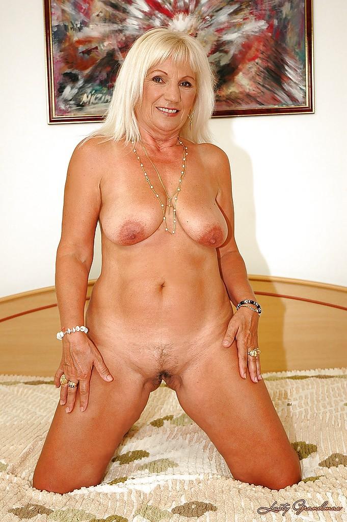 Развратная бабка показывает голую киску крупным планом секс фото и порно фото
