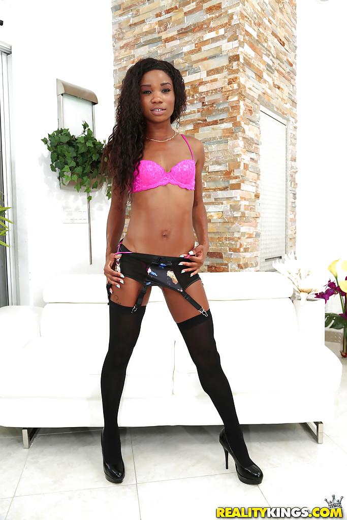Худая негритянка в чулках раздевается на ливане секс фото и порно фото