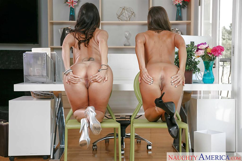 Пышногрудые секретарши обнажили прелести для своего босса секс фото и порно фото