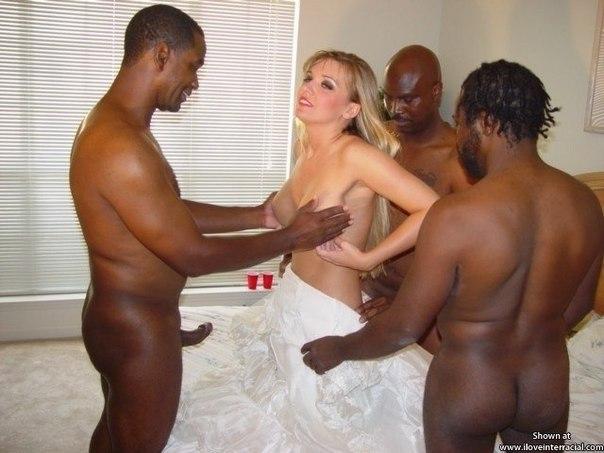 Ненасытные фифы удовлетворяют сразу нескольких негров секс фото и порно фото