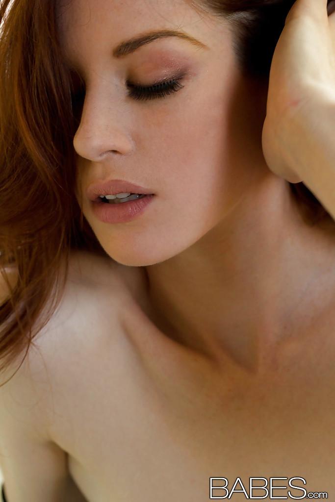 Девушка оголила сиськи и бритую киску, чтобы помастурбировать пальцем секс фото и порно фото