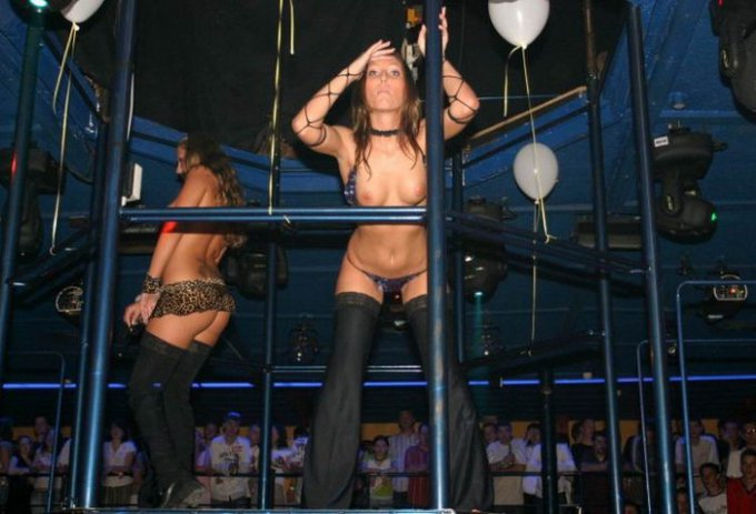 Раскованные стервы отжигают в ночных клубах секс фото и порно фото