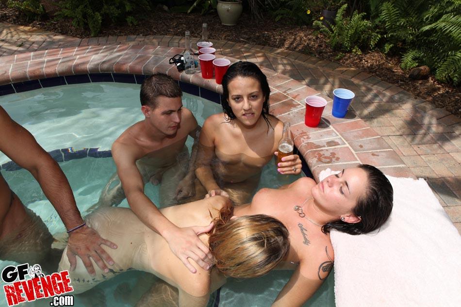 Троица давалок удовлетворили мужлана у бассейна секс фото и порно фото