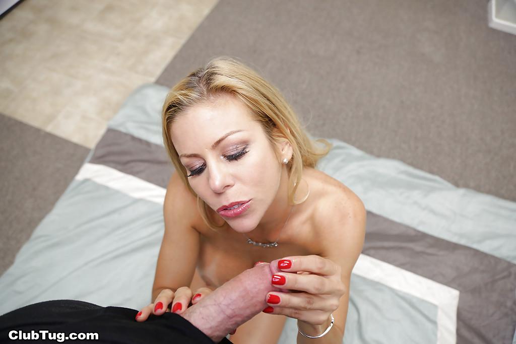 Грудастая мамочка дрочит твердый член в офисе секс фото и порно фото
