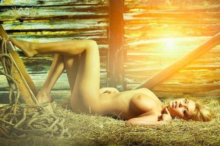 Роскошные девушки соблазняют упругим бюстом и приспускают трусики секс фото и порно фото