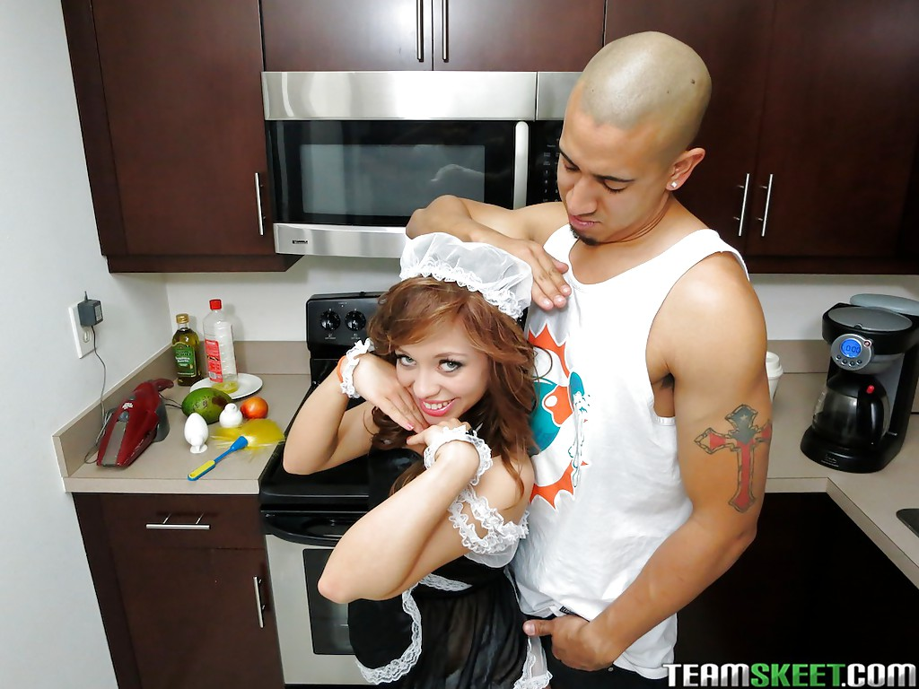 Парень дал на клык молодой служанке на кухне секс фото и порно фото