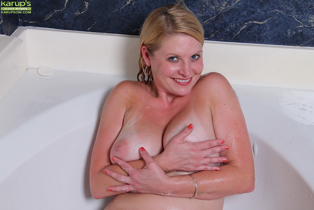 Зрелая толстушка моет свою письку в ванной секс фото и порно фото