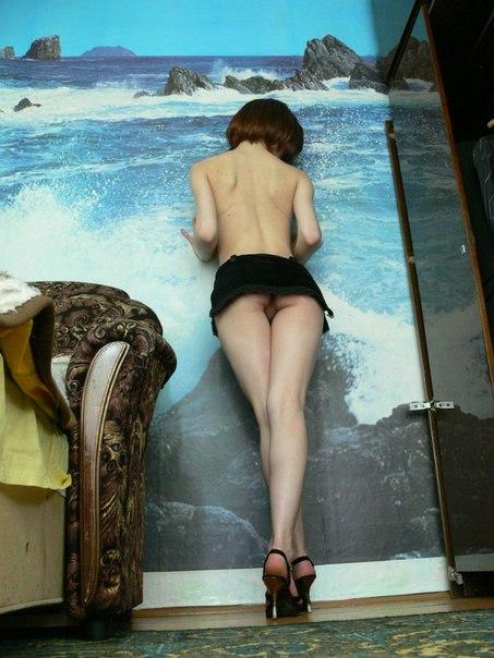Прожженная давалка обнажается перед очередным трахальщиком секс фото и порно фото