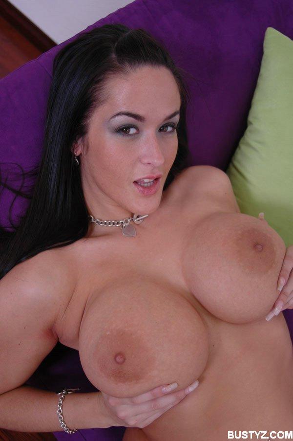 Брюнетка обнажила свои большие буфера секс фото и порно фото