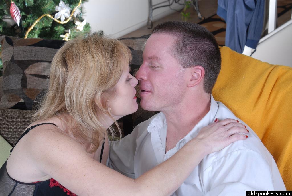 Зрелая шалашовка соблазнила молодого соседа на порку секс фото и порно фото