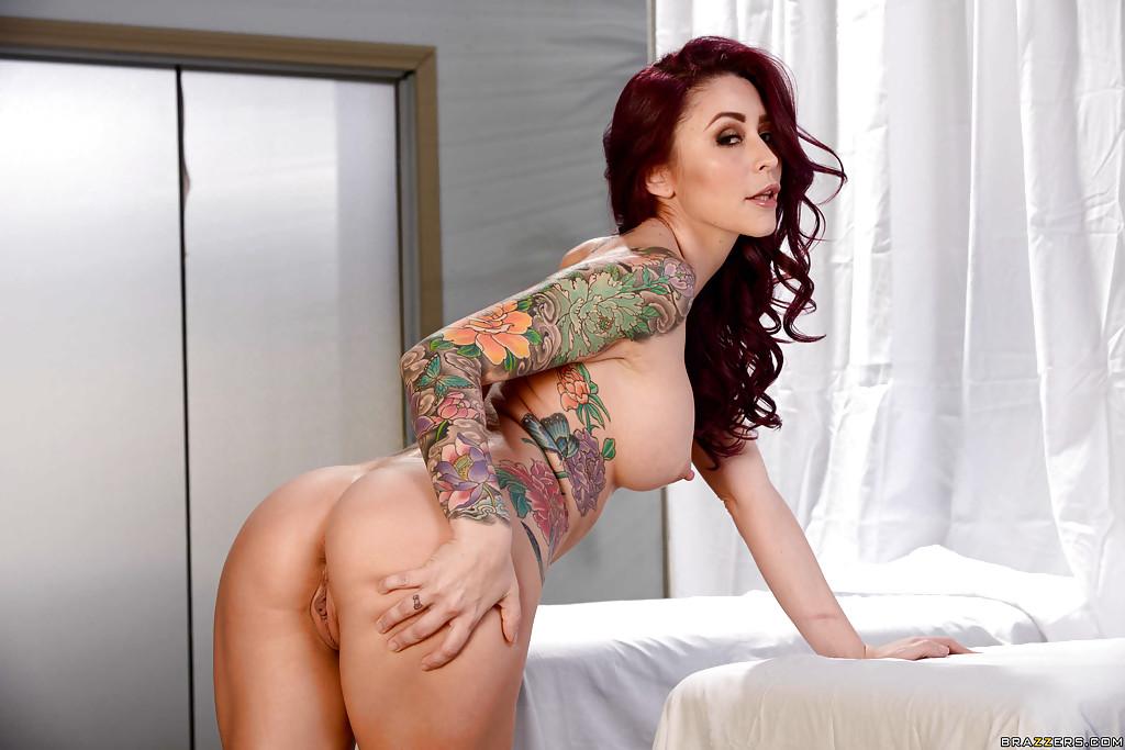 Раскованная фифа искушает массажиста аппетитными дырочками секс фото и порно фото