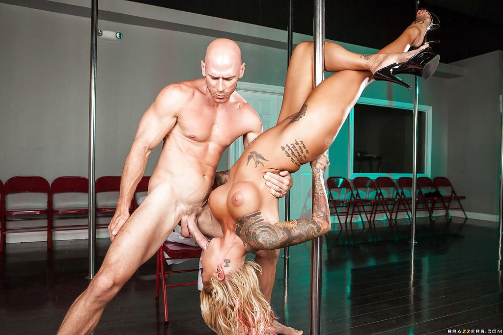 Напористый ловелас поимел танцовщицу с татуировками секс фото и порно фото