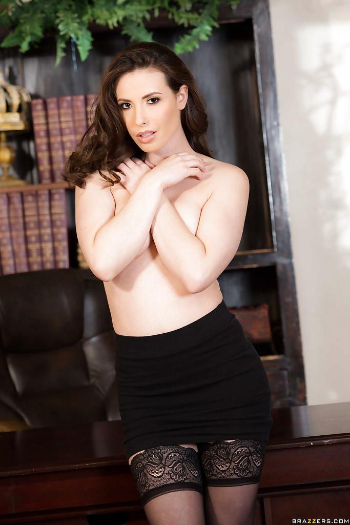 Сексуальная секретарша оголилась в кабинете начальника секс фото и порно фото