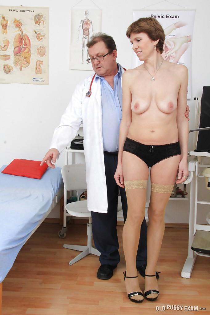 Зрелая мадам показывает пилотку гинекологу секс фото и порно фото