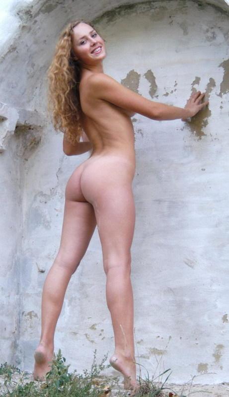 Стройная молодая модель сексуально позирует на улице секс фото и порно фото