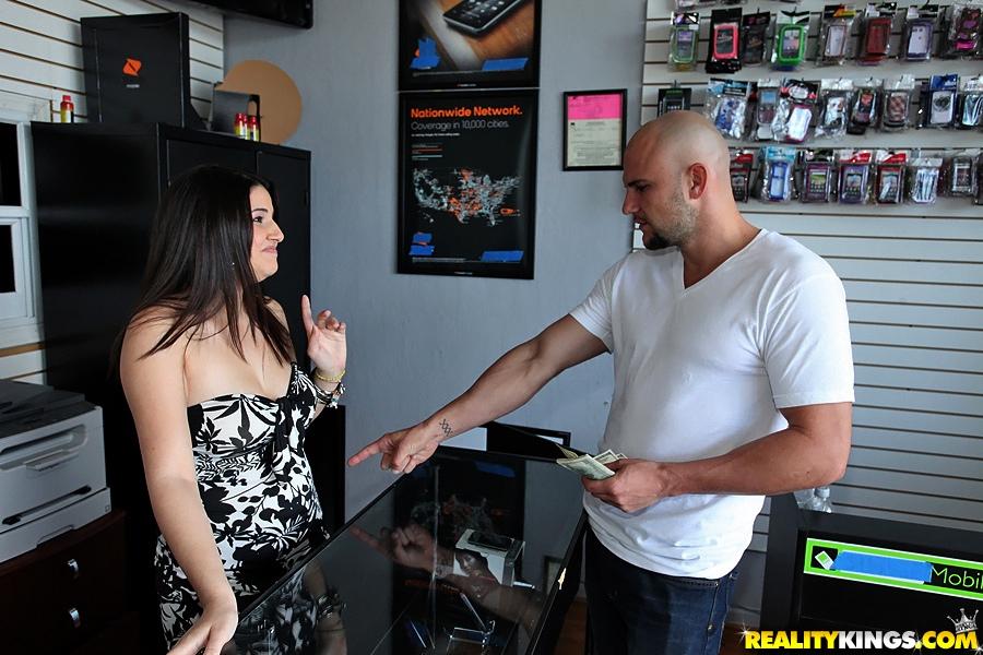 Продавщица подставляет письку для очередного клиента секс фото и порно фото