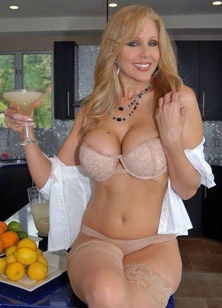 Эффектные дамы искушают своими аппетитными формами секс фото и порно фото