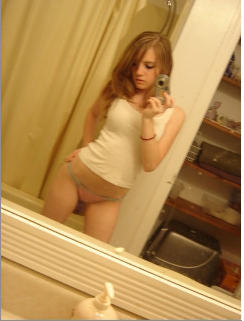 Игривые любовницы сняли бюстгальтеры перед зеркалом секс фото и порно фото