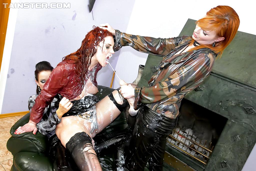 Раскованные шалавы поимели друг друга с помощью страпонов секс фото и порно фото