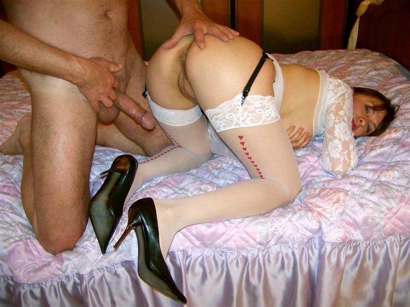 Ненасытная брюнетка обожает трахаться с несколькими партнерами секс фото и порно фото