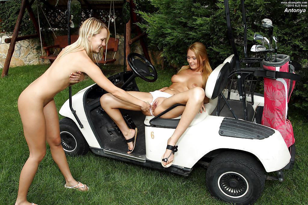 Лесбиянки развлекаются на заднем дворе с секс игрушкой секс фото и порно фото