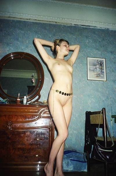 Молодые сучки оголились перед камерой в домашней обстановке секс фото и порно фото