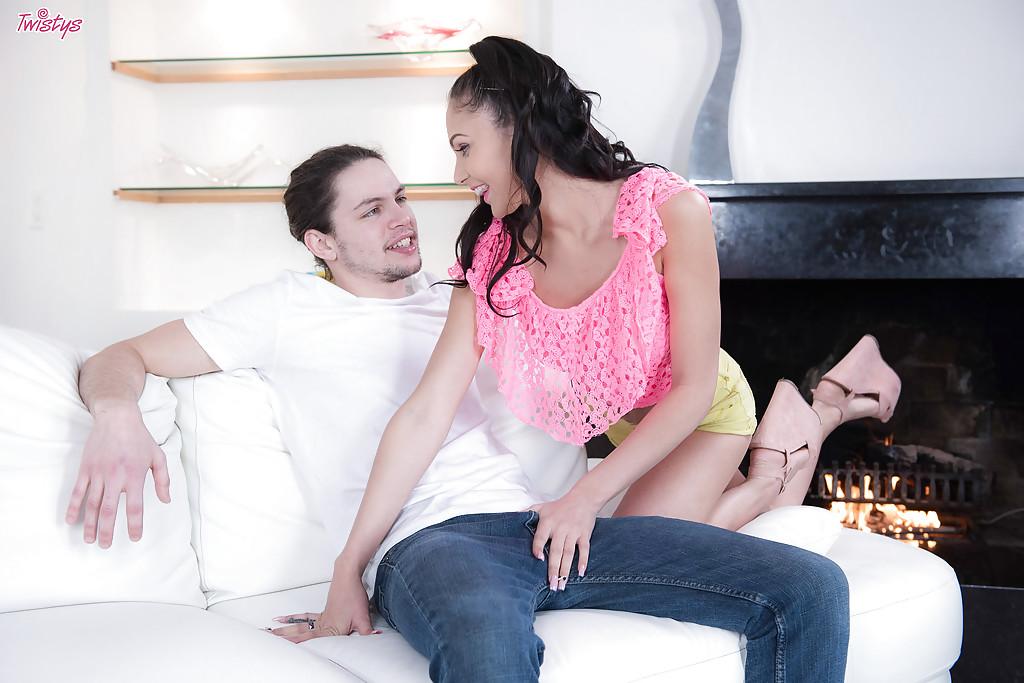 Шалунья безудержно скачет на фаллосе избранника секс фото и порно фото