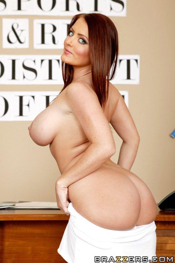 Милфа с большими дынями сексуально раздевается, оголяя свои пышные формы секс фото и порно фото