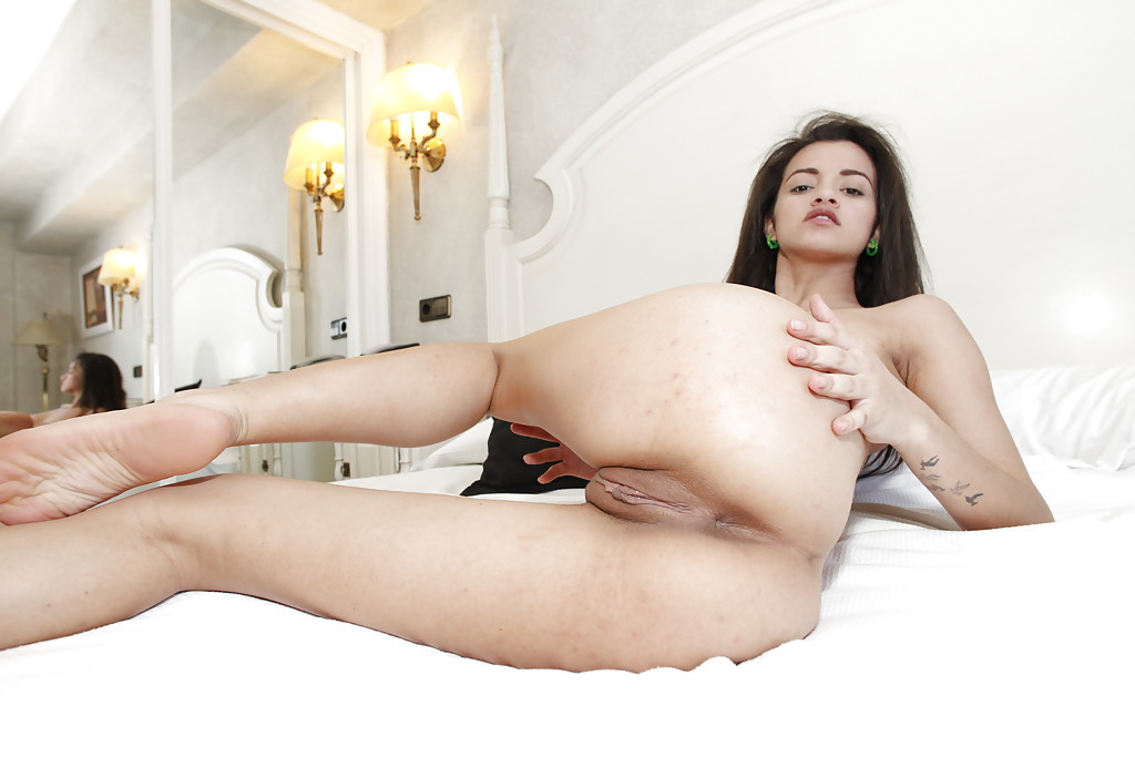 Стройная брюнетка оголилась на кровати секс фото и порно фото