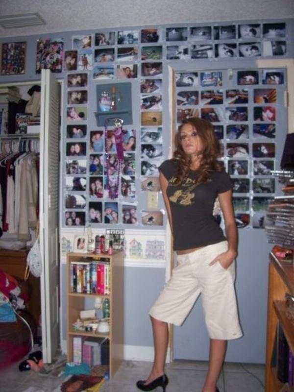 Стройняшка любуется красивыми сиськами перед зеркалом секс фото и порно фото