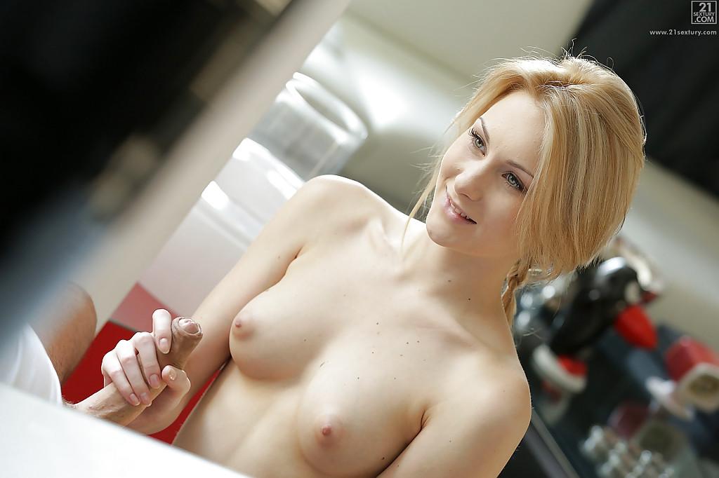 Изящная блондинка отдалась суженному на кухне секс фото и порно фото