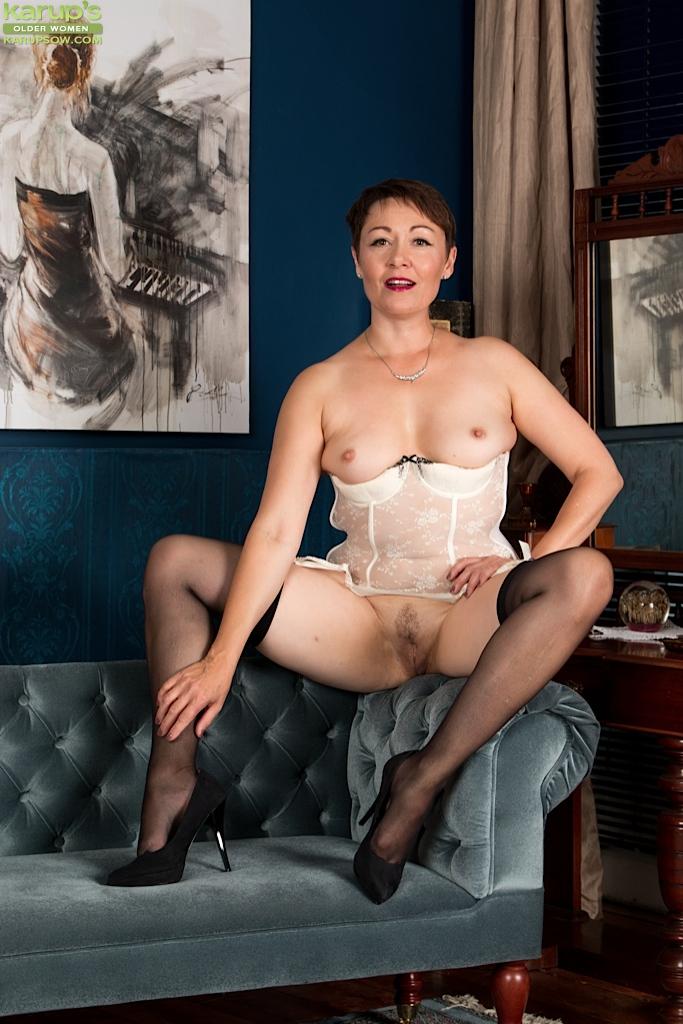 Зрелая мадемуазель показала пилотку во всей красоте секс фото и порно фото