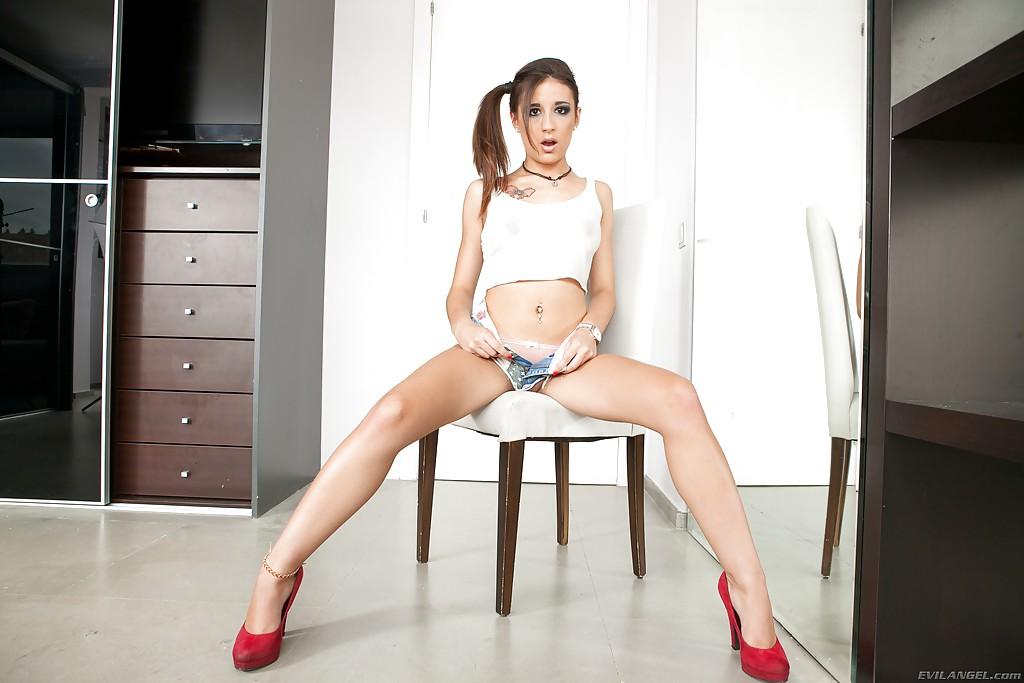 Худощавая сучка обнажила безупречное тело секс фото и порно фото