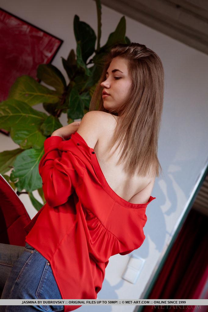 Сексапильная модель стянула трусики перед бизнесменом секс фото и порно фото